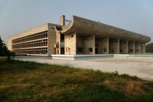 Das Parlament in Chandigarh von Le Corbusier.