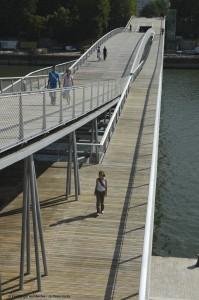 Die Fußgängerbrücke und ihre zwei Ebenen