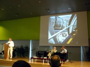 Richard Rogers bei der Präsentation des Centre Pompidou und seines öffentlichen Raumes