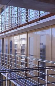 Details an der Fassade und Blick auf die Außengänge
