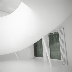 """Der in weiß gehaltene Ausstellungsraum der """"Snake"""" Kunstgalerie"""